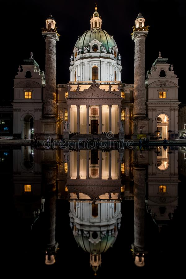 St. Charles Church Karlskirche nachts in Wien, Österreich lizenzfreies stockbild