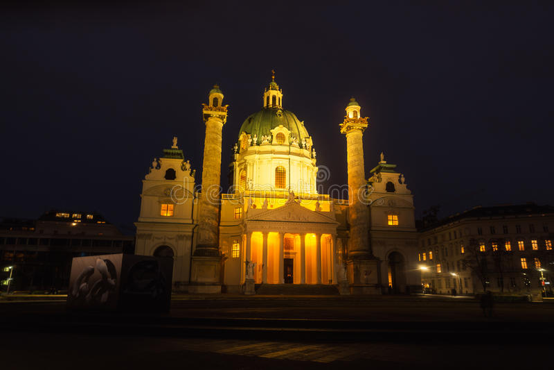 St. Charles Church nachts in Wien lizenzfreie stockfotografie