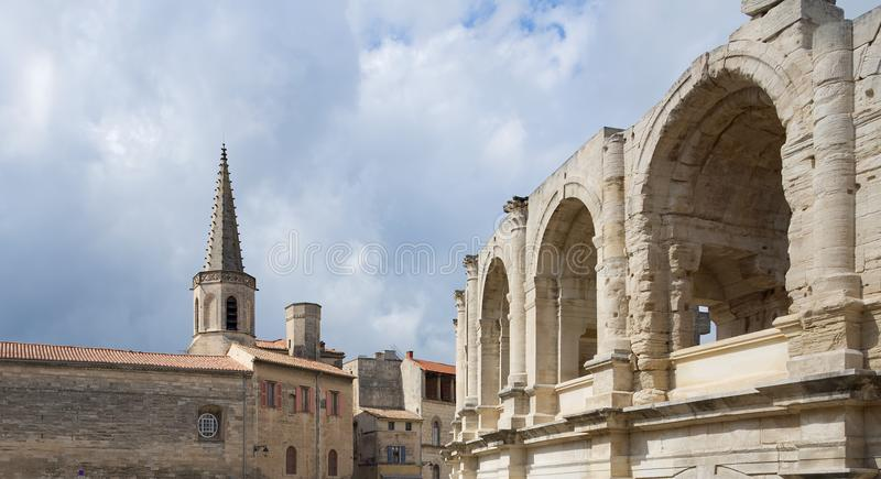 St Charles und Arena - Arles - Provence - Camargue - Frankreich stockbild