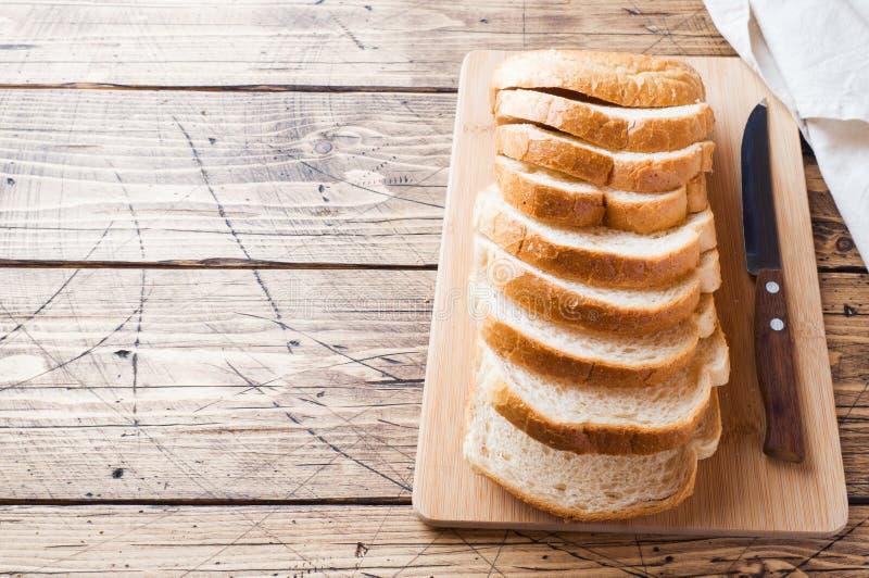 St?cke des Wei?brotlaibs f?r Toast auf einem Holztisch Kopieren Sie Platz lizenzfreie stockbilder