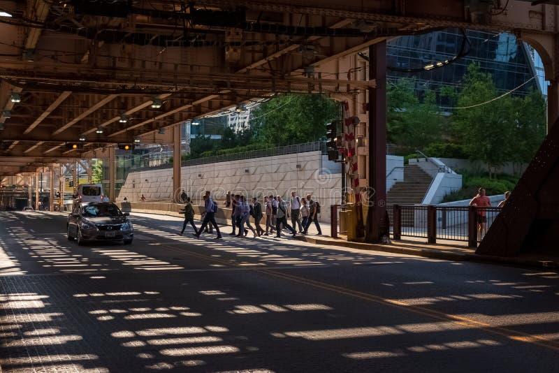 St croisé de lac commuters à un passage piéton piétonnier pendant un après-midi ensoleillé d'été avec des modèles d'ombre des voi photos libres de droits