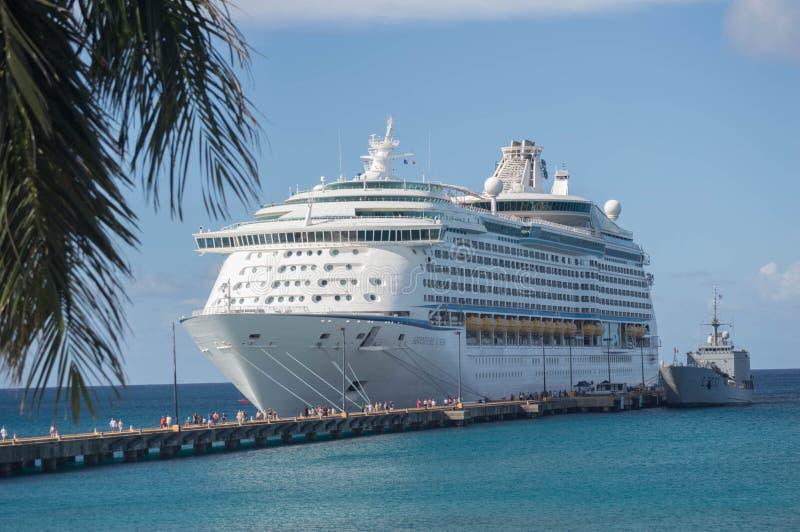 St Croix--Barco de cruceros del Caribe real atracado y gente en el embarcadero imagen de archivo libre de regalías