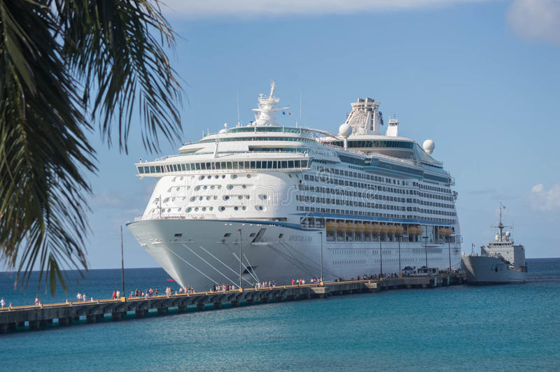 St Croix--Navio de cruzeiros das caraíbas real entrado e povos no cais imagem de stock royalty free