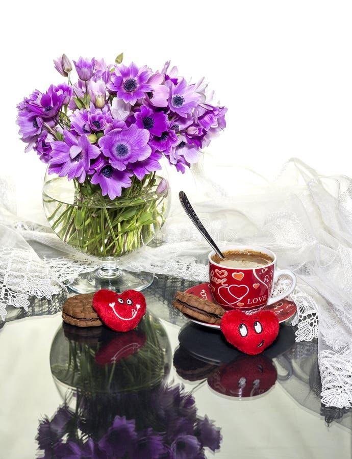 St Día del ` s de la tarjeta del día de San Valentín Todavía vida con las anémonas fotografía de archivo
