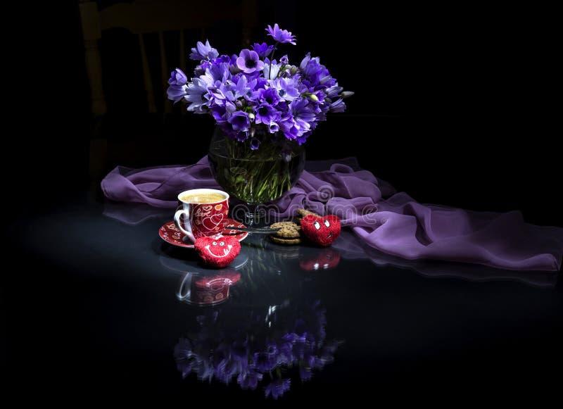 St Día del ` s de la tarjeta del día de San Valentín Todavía vida con las anémonas fotos de archivo