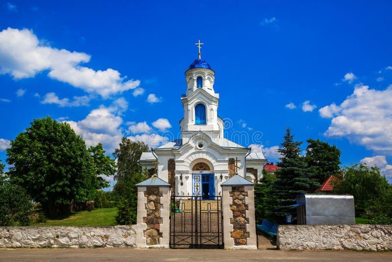 St da igreja - intercessão, Bielorrússia, vila do vermelho fotografia de stock royalty free