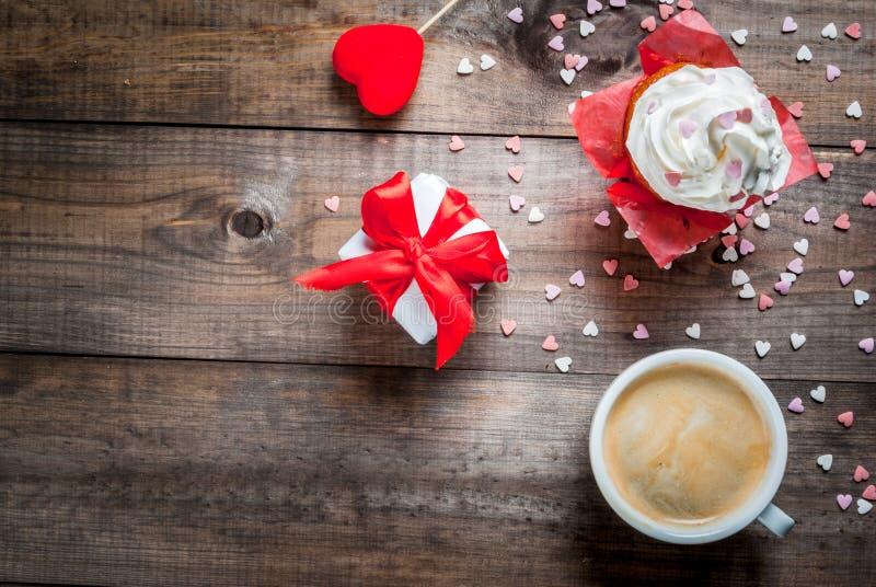 St Dag för valentin` s Kaffe, kaka med kräm och sockerstänk royaltyfria foton