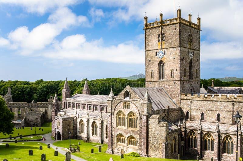 St David Cathedral sotto cielo blu con le nuvole immagine stock
