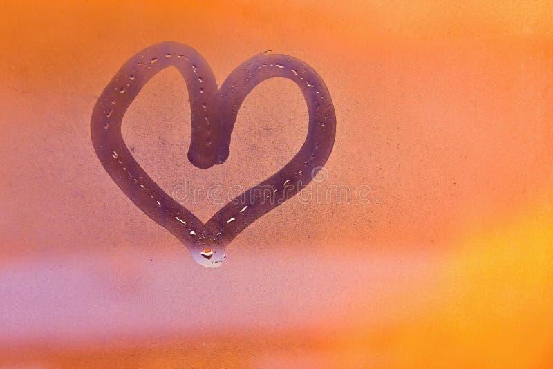 St de Dag van de valentijnskaart ` s Hart met vinger op mistig venster wordt geschilderd dat royalty-vrije stock afbeelding