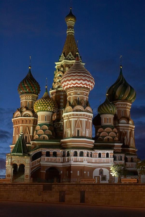 St. de Kathedraal van het basilicum in de avond. Moskou, Rusland royalty-vrije stock afbeeldingen
