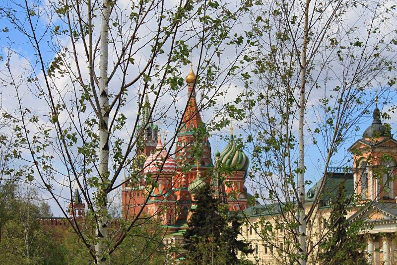 St de Kathedraal van het Basilicum en de toren van het Kremlin Spasskaya op rood vierkant in Moskou Rusland stock foto's