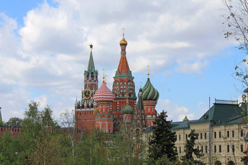 St de Kathedraal van het Basilicum en de toren van het Kremlin Spasskaya op rood vierkant in Moskou Rusland stock fotografie