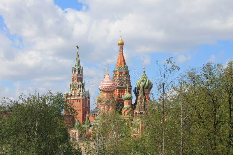 St de Kathedraal van het Basilicum en de toren van het Kremlin Spasskaya op rood vierkant in Moskou Rusland stock afbeelding