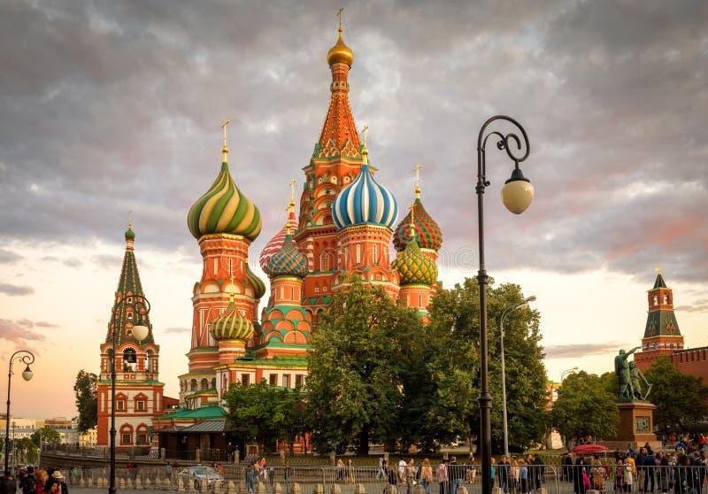 St de Kathedraal van het Basilicum op Rood Vierkant bij zonsondergang in Moskou, Rusland royalty-vrije stock foto