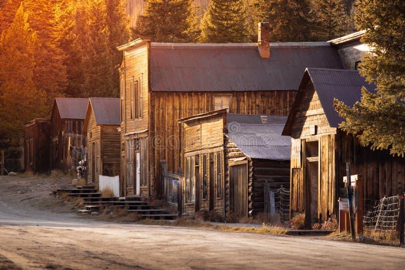 St de madera occidental viejo Elmo Gold Mine Ghost Town de los edificios en Colorado, los E.E.U.U. ocultados en montañas fotos de archivo