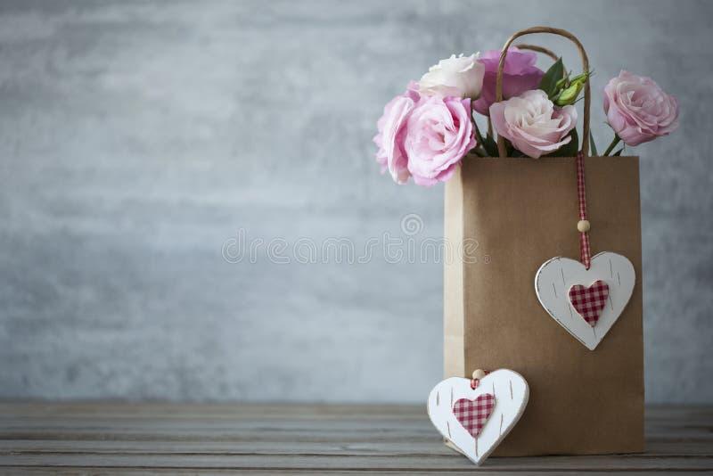 St de minimalistic achtergrond van de Valentijnskaartendag met bloemen royalty-vrije stock afbeeldingen