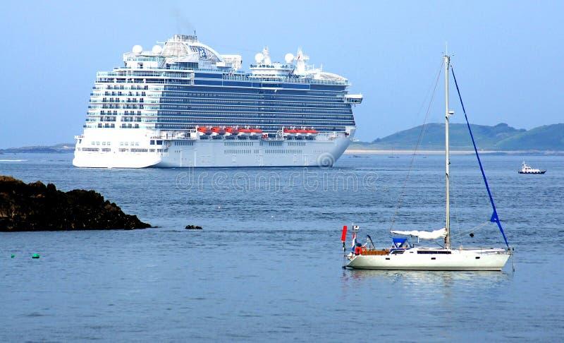 St de partida luxuoso Peter Port do forro de oceano, Guernsey fotos de stock