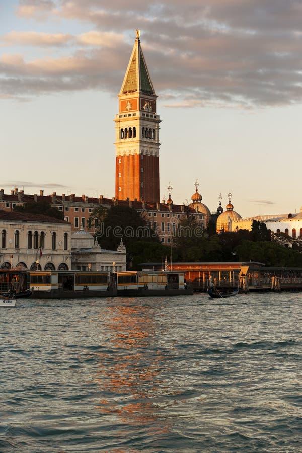 St de Toren van het Teken overdenkt Grand Canal in Venetië, Italië royalty-vrije stock afbeeldingen
