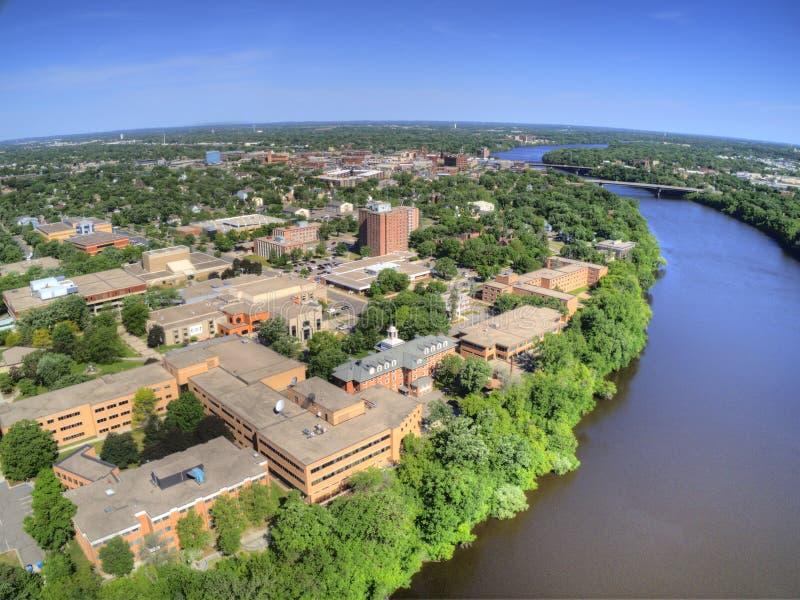 St de Wolkenuniversiteit is een Universiteit op de Rivier van de Mississippi in Centraal Minnesota royalty-vrije stock afbeeldingen