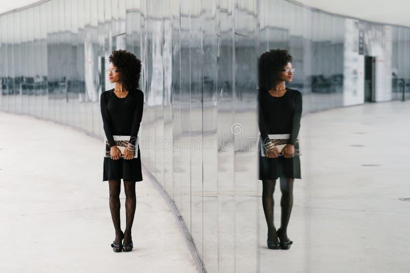 St?dtische Afrofrisurgesch?ftsfrau drau?en lizenzfreies stockbild