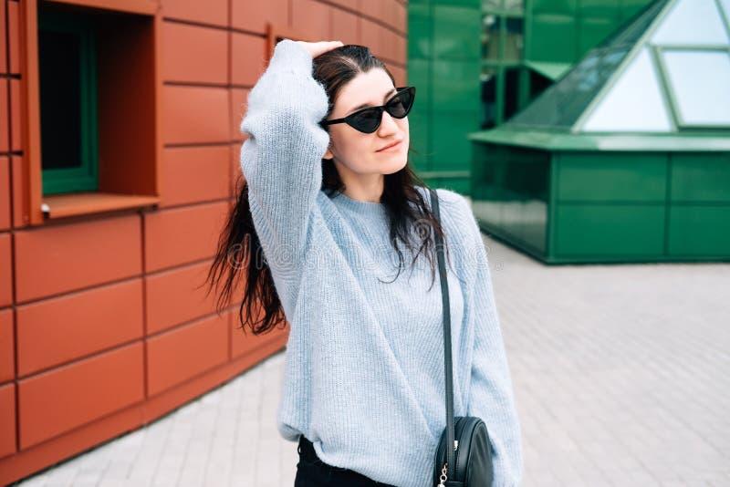St?dtisches Artkonzept Nahes hohes Portr?t der modernen Jugendlichen in der Sonnenbrille, die auf Stadtstra?e im Sommer aufwirft  stockfotos