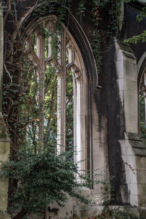 St Dunstan en el jard?n del este de la iglesia, destruido en la Segunda Guerra Mundial imágenes de archivo libres de regalías