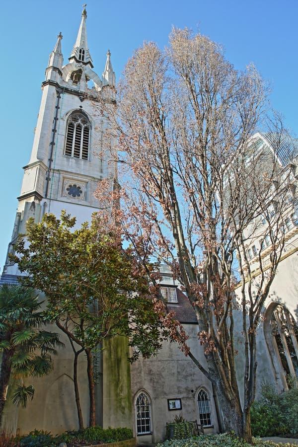 St Dunstan nel giardino orientale della chiesa con il walkie-talkie della via di 20 Fenchurch nei precedenti nel distretto finanz fotografia stock