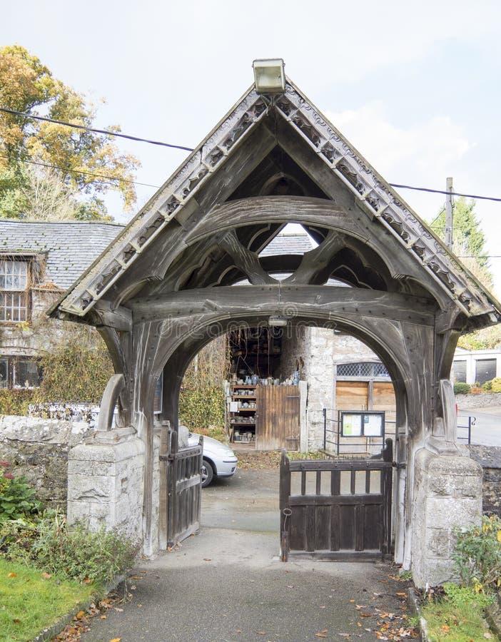 St Dyfnog教会Lychgate, Llanrhaeadr,威尔士 免版税库存图片