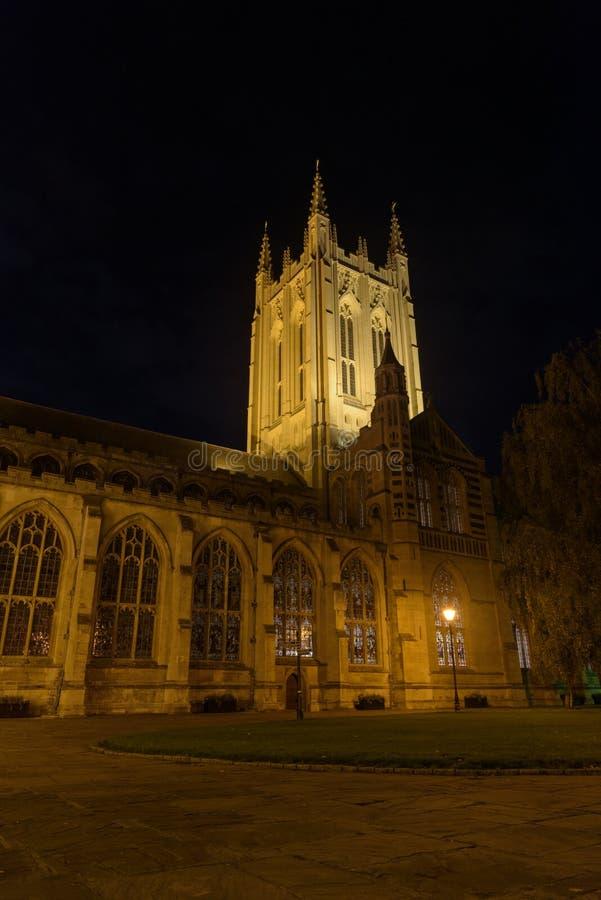 St Edmundsbury Kathedraal in Bury St Edmunds bij nacht met weg a stock foto's