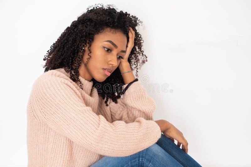 St?ende av den besv?rade svarta flickan med negativa k?nslor royaltyfria bilder