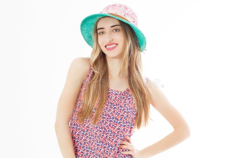 St?ende av den eleganta damen med hatten p? sommarsemestern, sommar som ler kvinnan i utrymme f?r studiost?endekopia royaltyfri bild