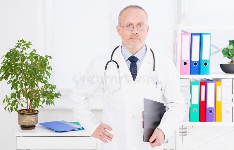 Stående av den höga doktorn i medicinskt kontor Man i den vita likformign Medicinsk försäkring kopiera avstånd Kvalitets- medicin royaltyfri bild