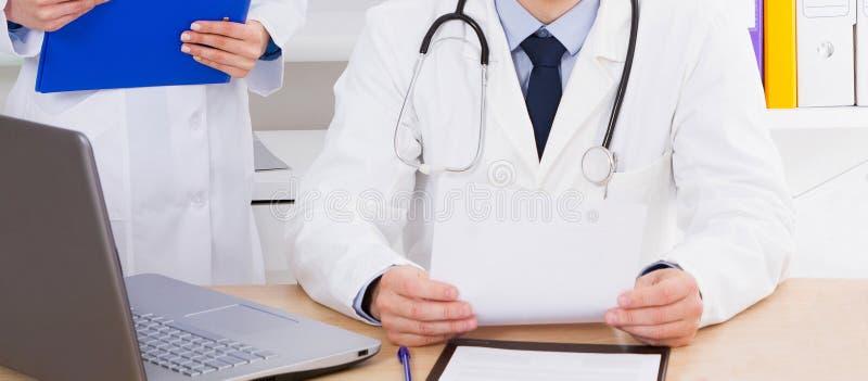 St?ende av den h?ga doktorn i medicinskt kontor arkivbild