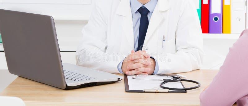 St?ende av den h?ga doktorn i medicinskt kontor arkivfoto