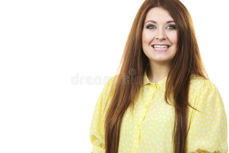 St?ende av den h?rliga gladlynta unga kvinnan royaltyfri foto