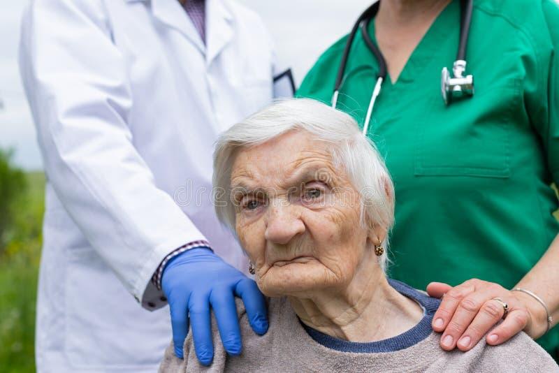 St?ende av den ?ldre kvinnan med demenssjukdomen royaltyfria bilder