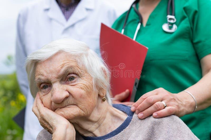 St?ende av den ?ldre kvinnan med demenssjukdomen royaltyfri bild