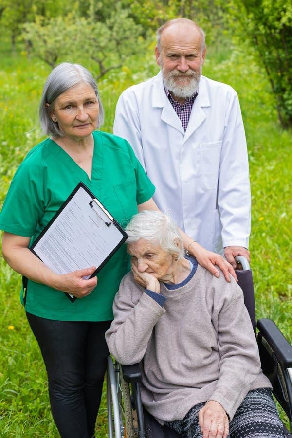 St?ende av den ?ldre kvinnan med demenssjukdomen arkivbild