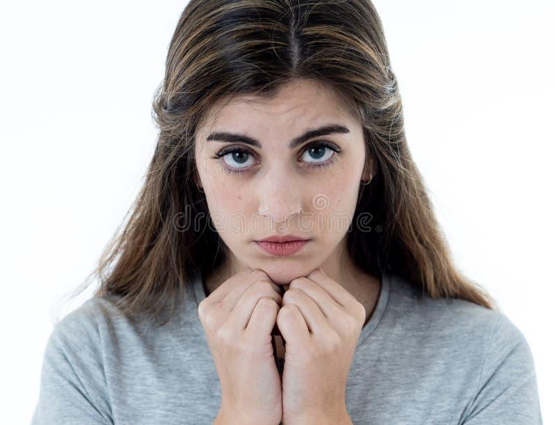 St?ende av den ledsna och deprimerade kvinnan Isolerat i vitbakgrund M?nskliga uttryck och sinnesr?relser royaltyfri fotografi