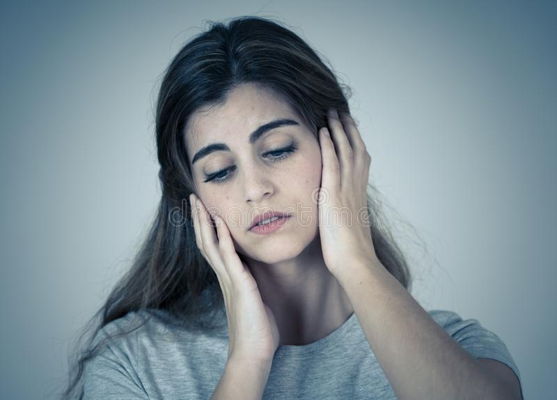 St?ende av den ledsna och deprimerade kvinnan Isolerat i vitbakgrund M?nskliga uttryck och sinnesr?relser royaltyfria bilder