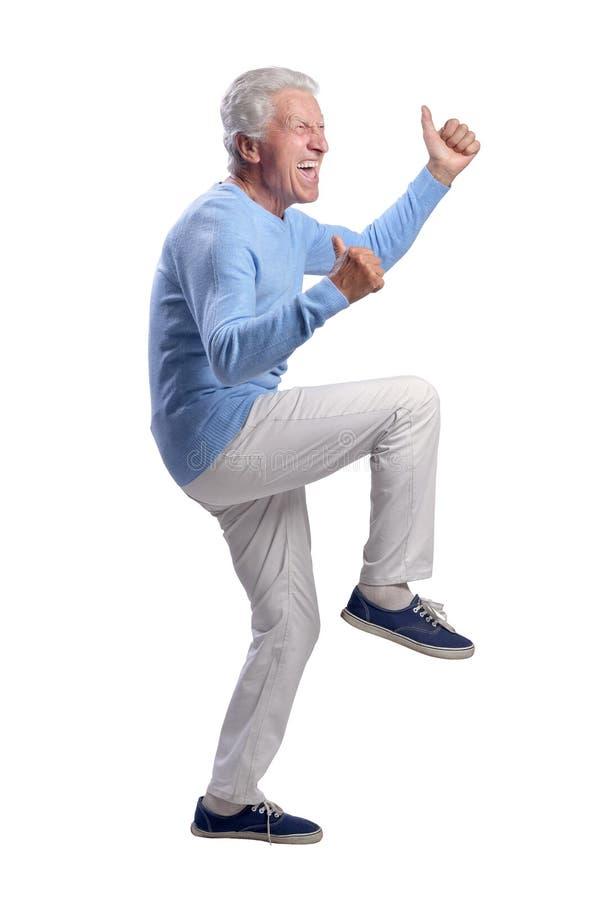 St?ende av den lyckliga h?ga mannen som visar tummar som isoleras upp p? vit bakgrund fotografering för bildbyråer