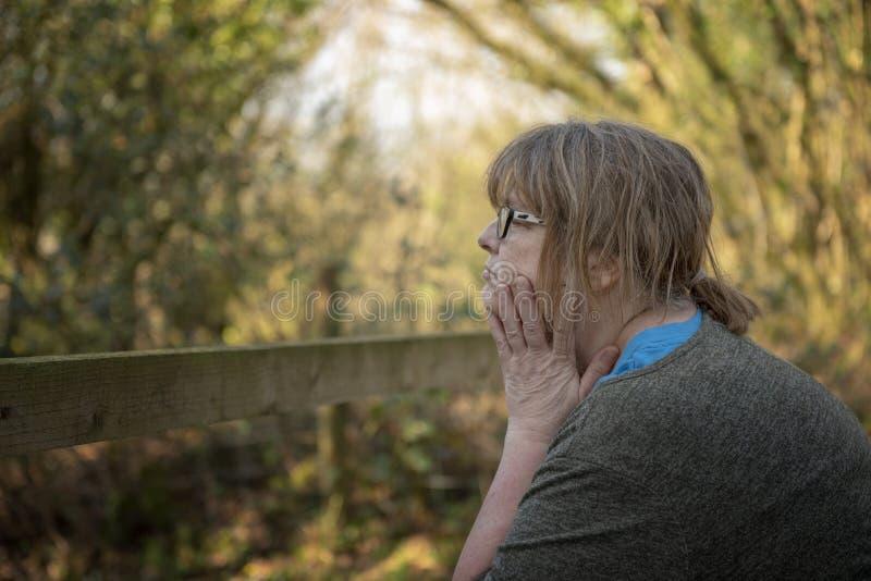 St?ende av den mogna kvinnan utomhus arkivbilder