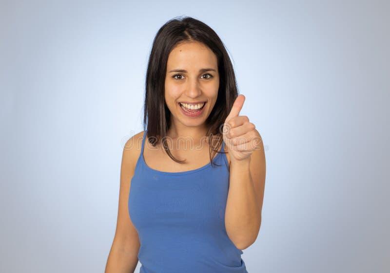 St?ende av den n?tta ton?ringen som g?r tummar upp gester som k?nner sig lyckliga och lyckade royaltyfri foto