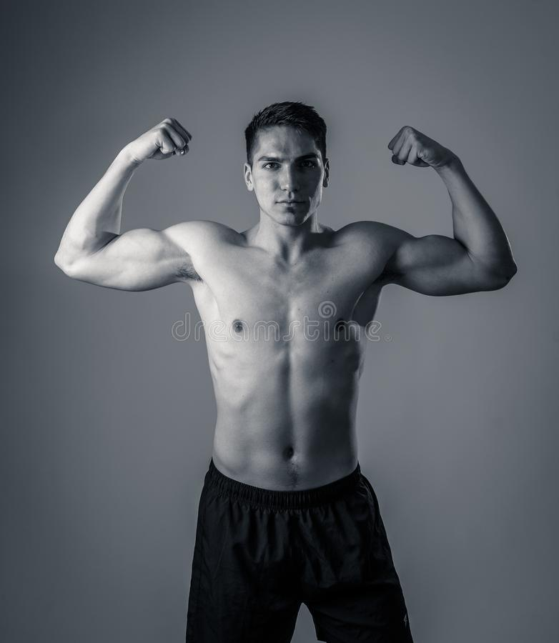 St?ende av den starka sunda stiliga idrotts- mannen som isoleras p? neutral bakgrund royaltyfria foton