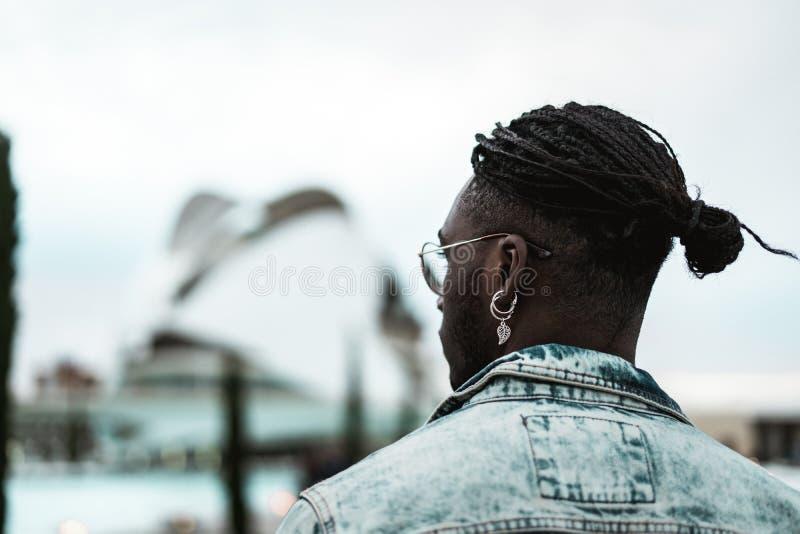 St?ende av den stiliga afrikansk amerikangemene mannen som ser till sidan Livsstil av folk i gatan royaltyfria bilder