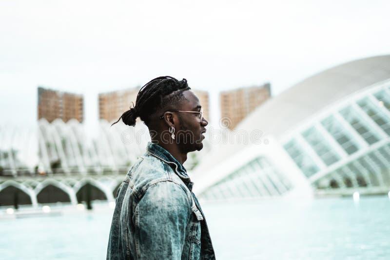 St?ende av den stiliga afrikansk amerikangemene mannen som ser till sidan Livsstil av folk i gatan royaltyfri fotografi