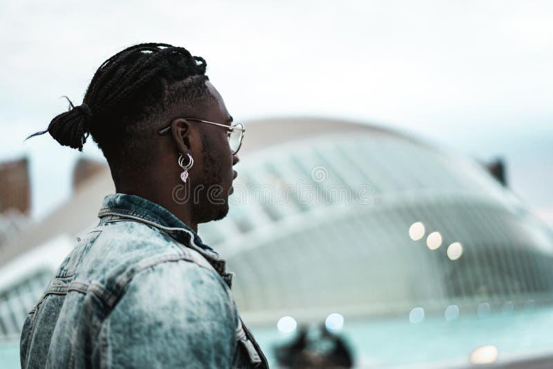 St?ende av den stiliga afrikansk amerikangemene mannen som ser till sidan Livsstil av folk i gatan royaltyfri foto