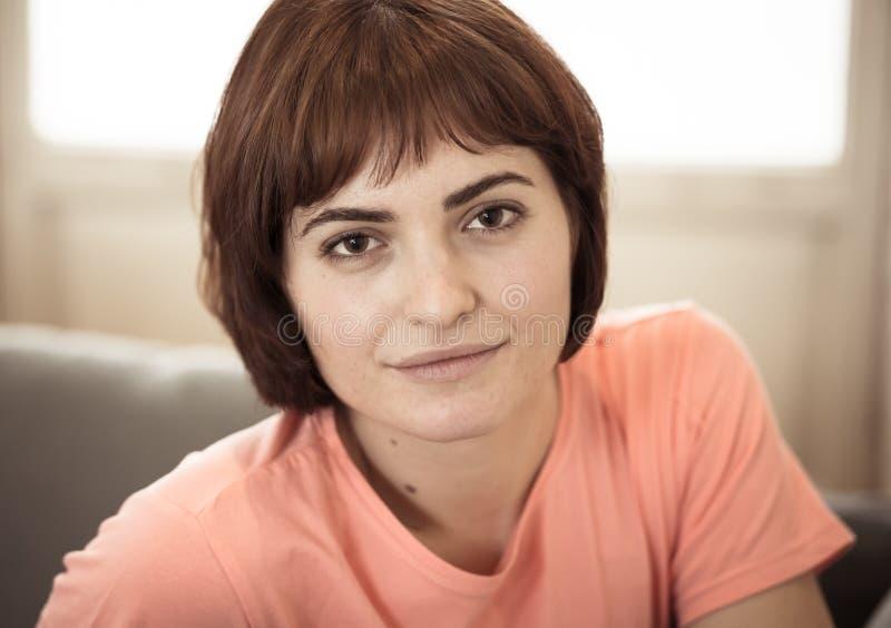 St?ende av den unga attraktiva kvinnan som ser naturlig och h?rlig i sk?nhetbegrepp och livsstil fotografering för bildbyråer
