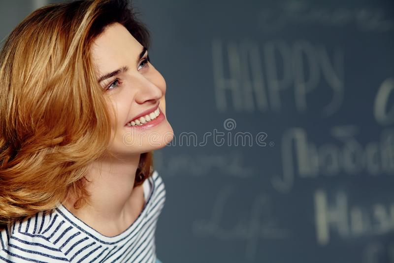 St?ende av den unga attraktiva le kvinnan f?r closeupframsida f?r konst h?rlig vektor f?r kvinnlig arkivbilder