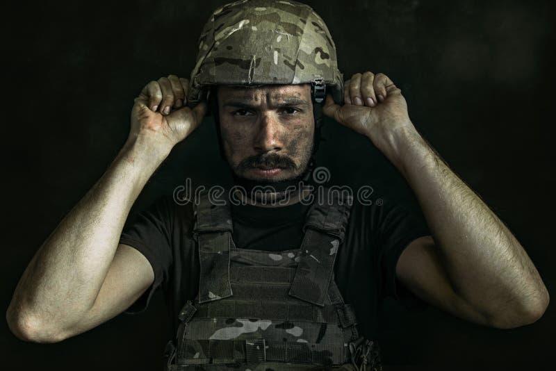 St?ende av den unga manliga soldaten fotografering för bildbyråer